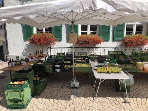 Marktstand vor Geranien in Gerstetten